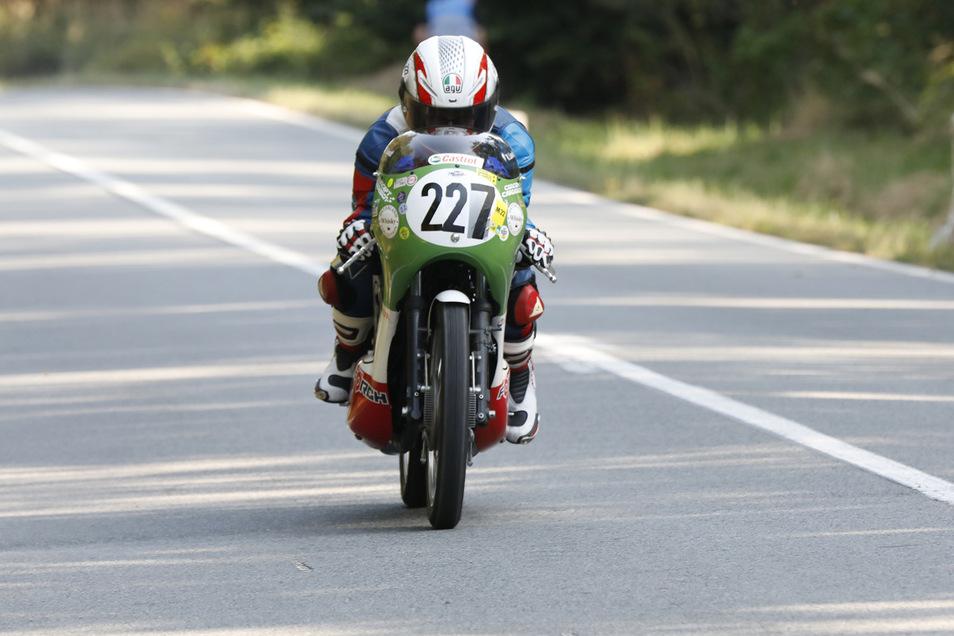 Ein Ausflug ins Zittauer Gebirge lohnt sich am Sonntag besonders. Da rasen Motorräder und Gespanne den Lückendorfer Berg in richtigen Rennen hinauf. Und ins Fahrerlager darf man auch noch.