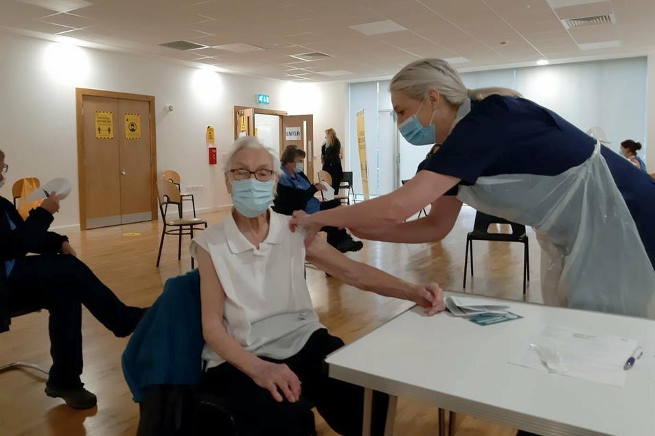 Emily Lawson aus Kirkintilloch erhält eine Impfung gegen das Coronavirus.