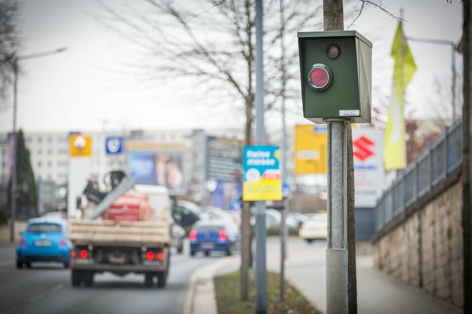 An der Bergstraße in Dresden wird nicht nur die Luft gemessen, sondern auch geblitzt. Beides hängt miteinander zusammen.