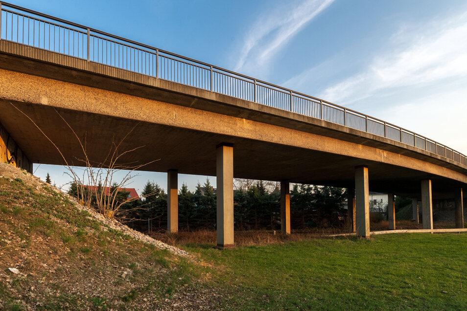 Die Bahnbrücke in Großharthau wird 2020 neu gebaut.