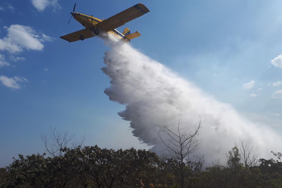 EinLöschflugzeug über dem Naturpark Chapada dos Guimaraes.