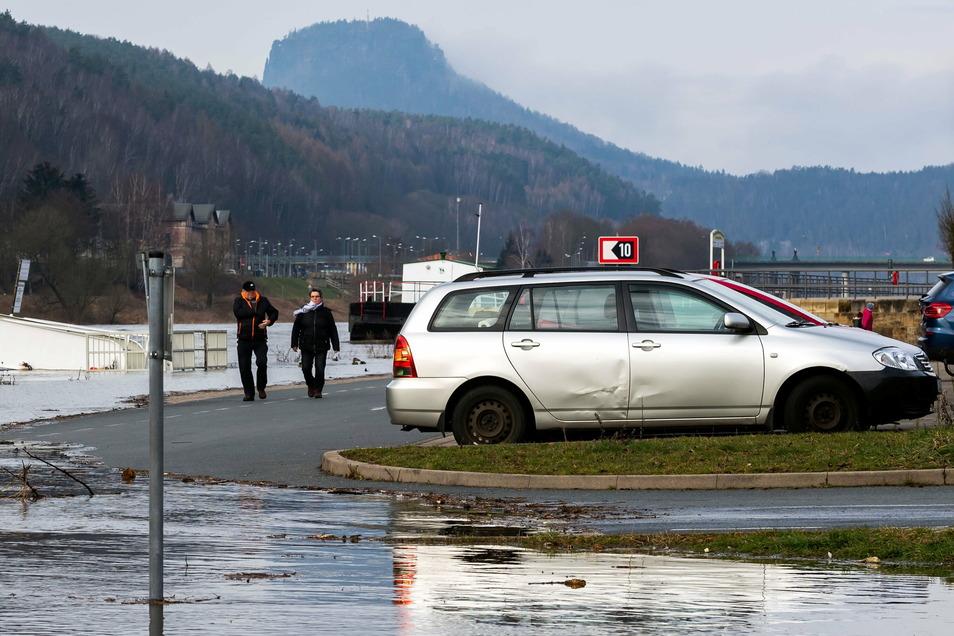 Elbkai in Bad Schandau: Schon am Freitagvormittag kam das steigende Wasser einigen geparkten Autos bedrohlich nah.