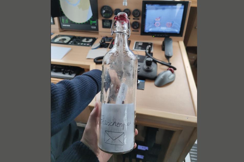 Wasserschutzpolizisten haben in der Weser eine Flaschenpost gefunden und die Absenderin zu sich eingeladen.