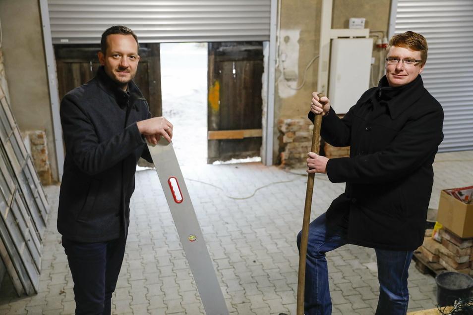 Jetzt hat die Scheune der alten Lotte auch zwei Rolltore und einen neuen Fußboden. Vereinsvorsitzender Henry Stuff (rechts), Projekt-Koordinator Bert Salomo und die anderen Mitglieder vom Förder- und Historikverein der Feuerwehr Eckartsberg/Radgendorf.