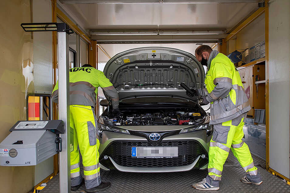 Im Test auf der Rampe des ADAC-Prüfzuges in Radebeul. Die Kfz-Mechaniker Rocco Hentschel und Olaf Stephan (rechts) sind die Fachleute vor Ort.