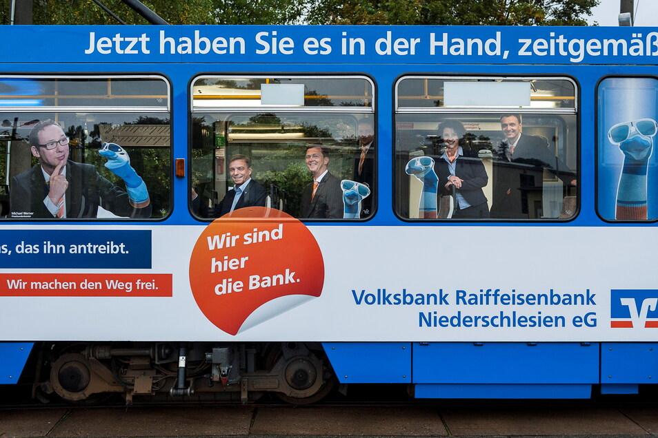Die Volksbank Raiffeisenbank gibt es auch in Niederschlesien: hier mit Werbung bei den Verkehrsbetrieben in Görlitz.