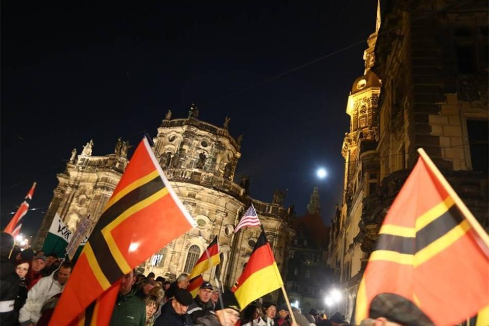 """Nach Angaben der Studenteninitiative """"Durchgezählt"""" kamen 1600 und 2000 Menschen zu Pegida."""