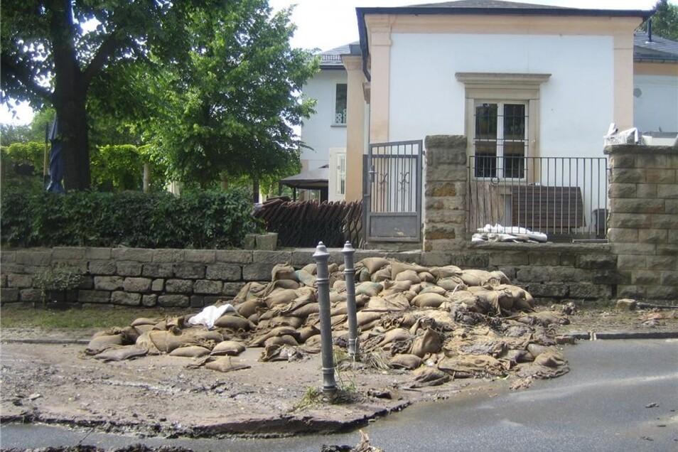 """Die Ostseite des """"Kaffees Rosengarten"""" am frühen Donnerstagnachmittag. Eine Woche zuvor hatte das Wasser noch bis etwa zur Mitte des Fensters gestanden."""