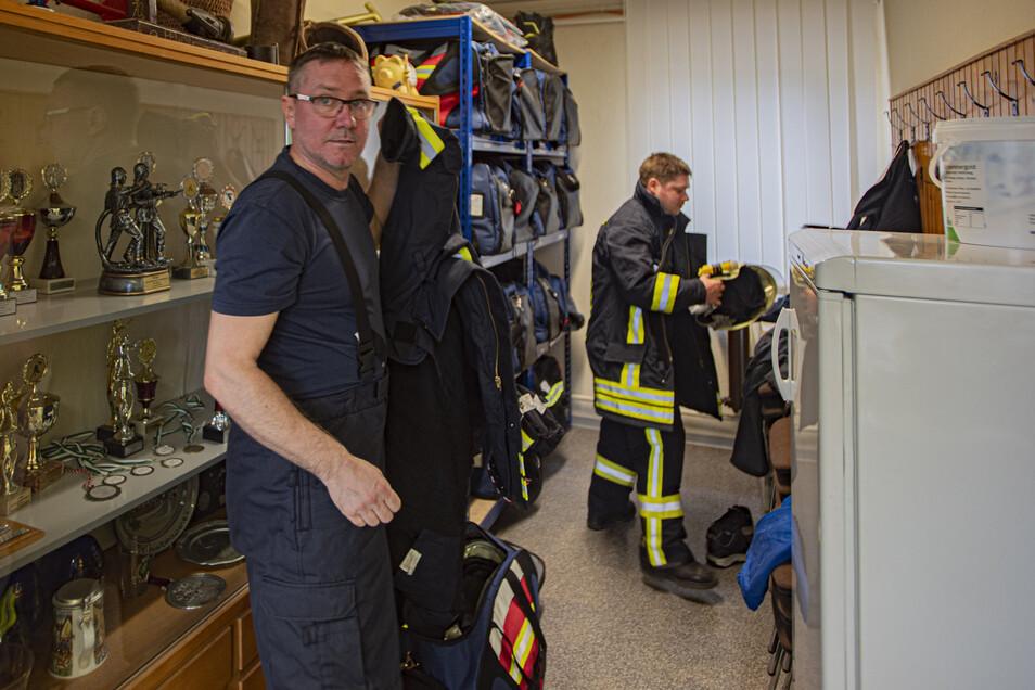 Wenn während der Arbeit bei TDDK der Pieper geht, rasen auch Marcus Schäfer (v.) aus Steina und Tobias Hoffmann aus Kleinröhrsdorf zum Umziehen ins Depot der Ortswehr Straßgräbchen.