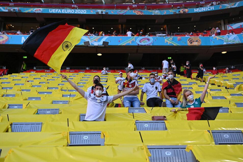 Deutsche Fans feiern vor dem Spiel auf der Tribüne der Allianz-Arena in MÜnchen.