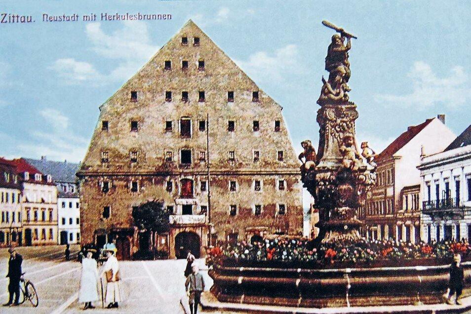 Neben dem Salzhaus ist der 310 Jahre alte Herkulesbrunnen der Blickfang auf der Zittauer Neustadt. Das belegt diese historische Ansichtskarte eindrucksvoll.
