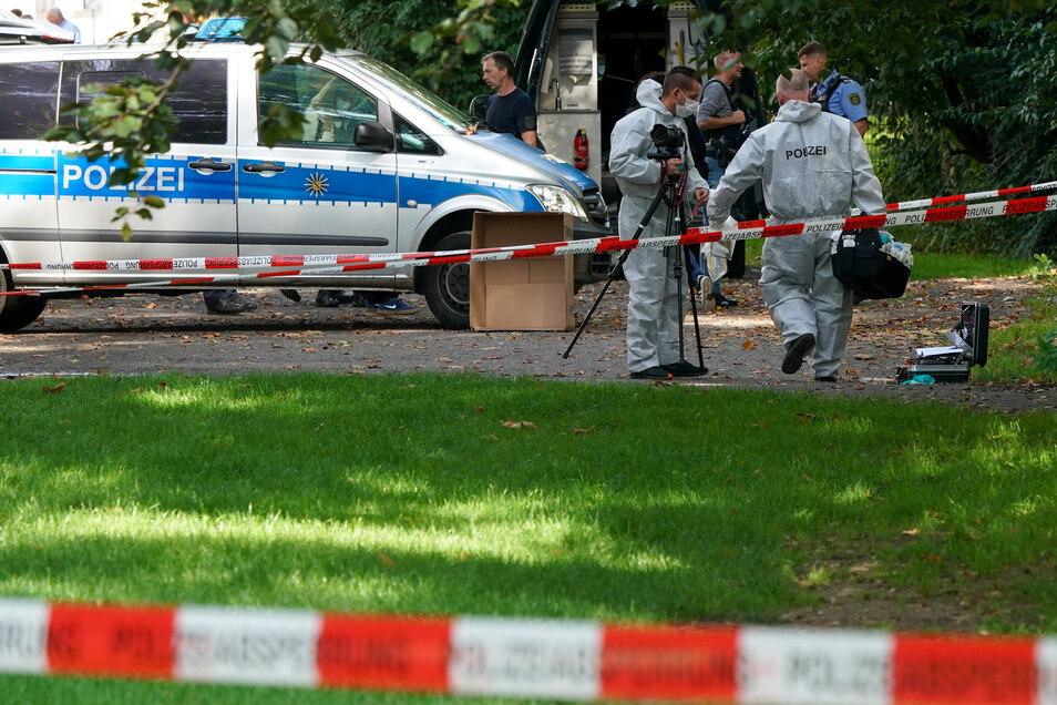 Polizisten sichern einen Bereich am Elstermühlgraben nahe einer Schule in Leipzig.