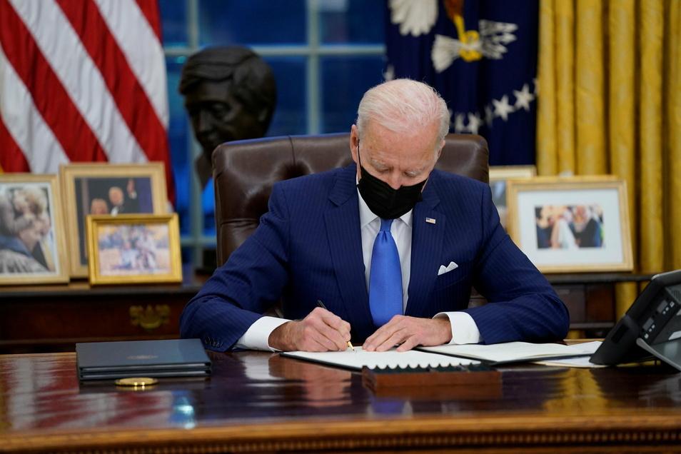 Joe Biden, Präsident der USA, unterzeichnet eine Executive Order im Oval Office des Weißen Hauses.