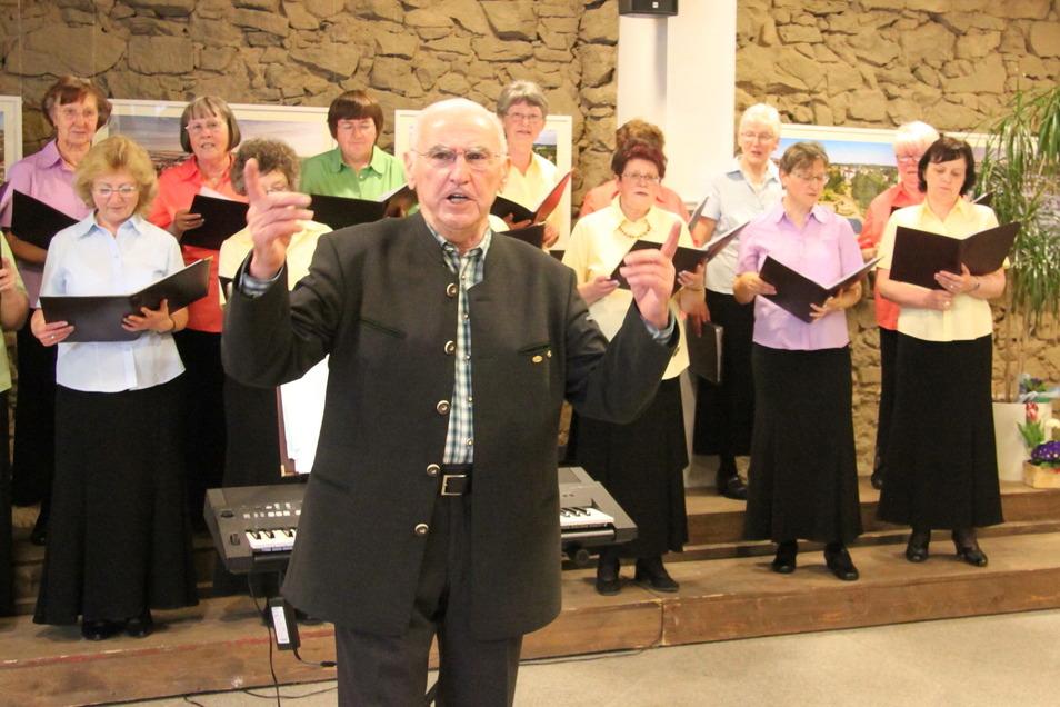 Seit dem Jahr 2000 leitet der Weickersdorfer Johannes Schöne erfolgreich den Bischofswerdaer Frauenchor.