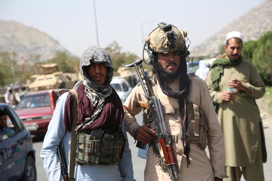 Dass die radikalislamistische Terrororganisation Taliban Afghanistan nach dem Abzug der NATO-Truppen wieder beherrschen würde, war klar. Nur nicht, dass es so schnell gehen würde - dutzende ehemalige Bundeswehr-Helfer müssen fliehen.