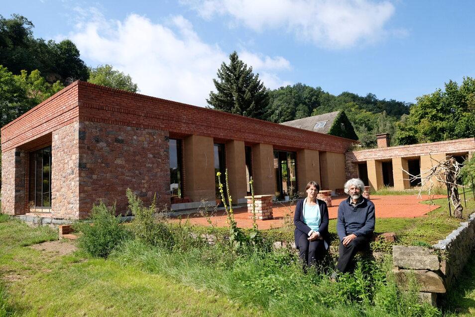 Helge Landmann und Sandra Alband freuen sich auf die Einweihung des neuen Veranstaltungshauses, das in zweijähriger Bauzeit entstanden ist.