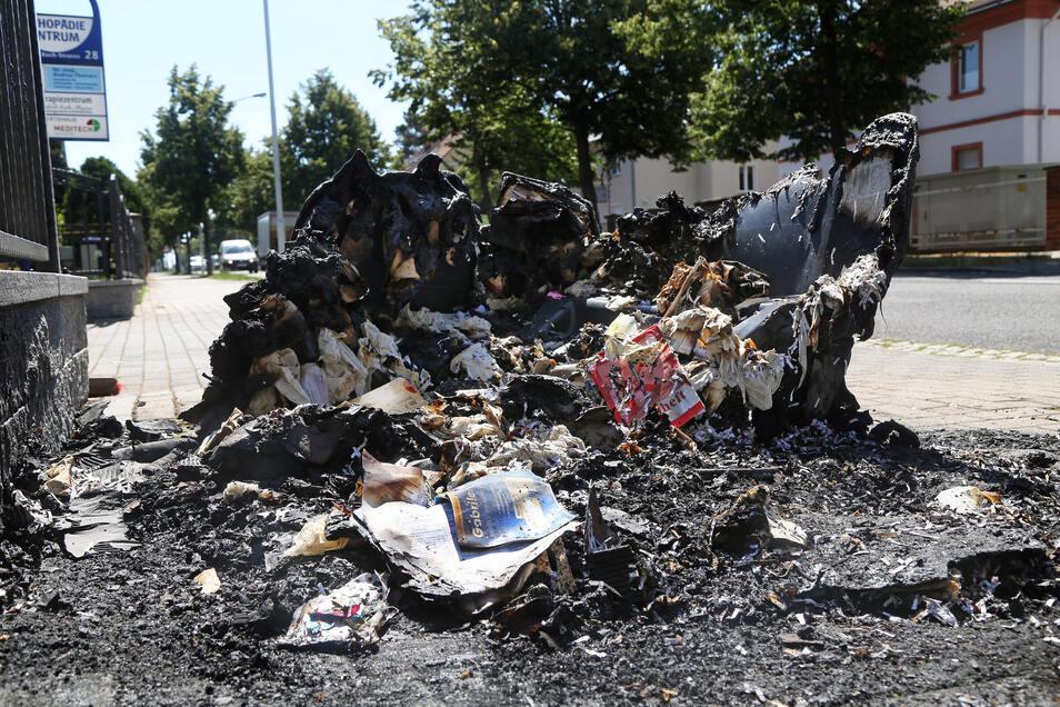 Der Brand einer Altpapiertonne an der Robert-Koch-Straße war in der Nacht zu Dienstag als erstes gemeldet worden.