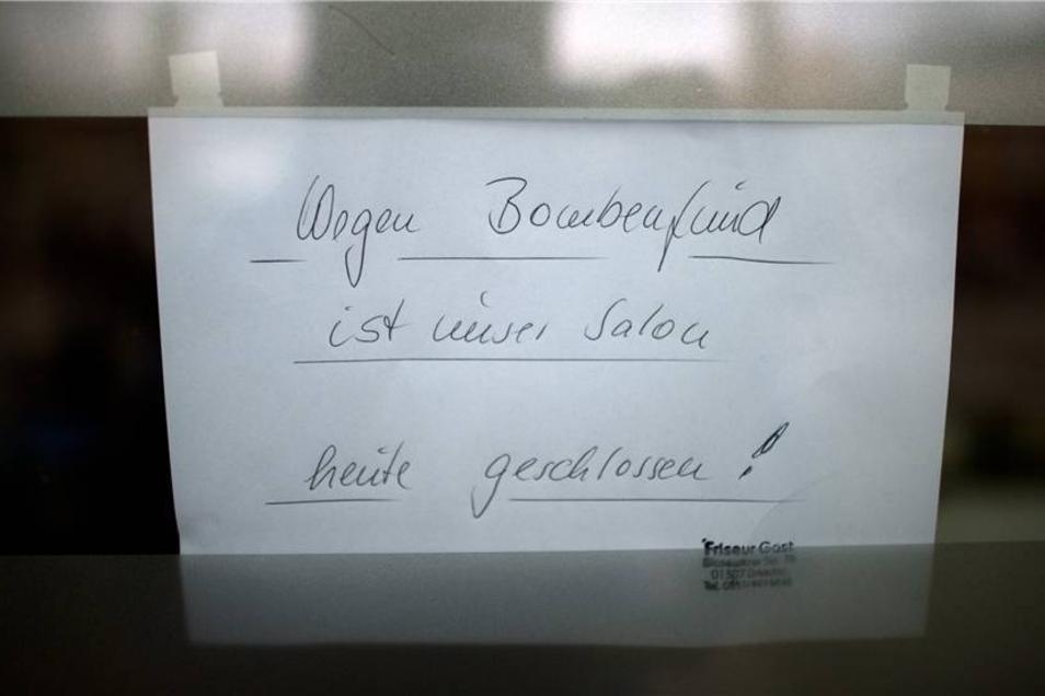 """... in dessen Schaufenster ein Zettel mit der Aufschrift """"Wegen Bombenfund ist unser Salon heute geschlossen"""" hing."""