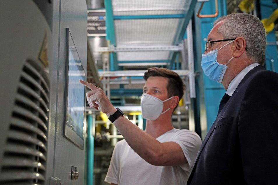 So funktioniert das Heizkraftwerk Merzdorf: Steffen Krechlak von den Stadtwerken Riesa zeigt Minister Thomas Schmidt die neue Technik, die an der Hamburger Straße installiert wurde.