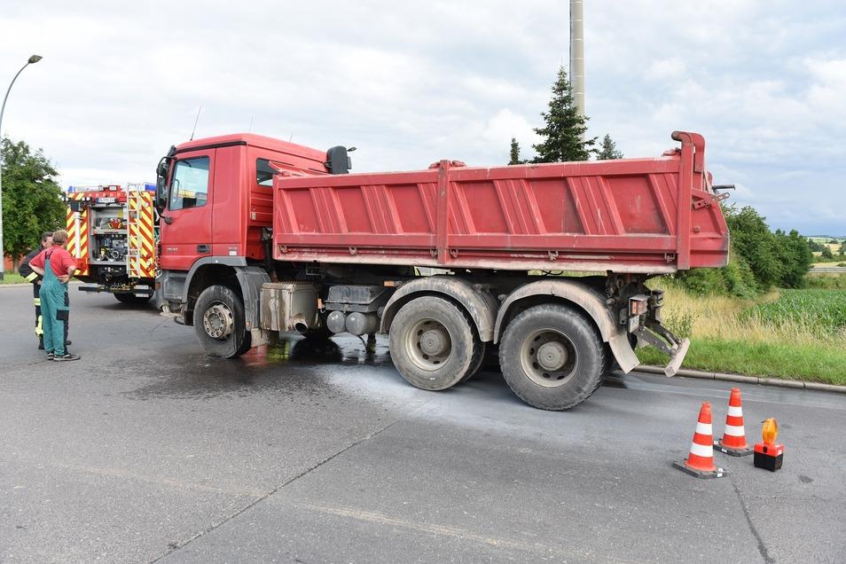 Der Laster stand an der Zufahrt zur Tankstelle und zu McDonalds im Gewerbegebiet Mockritz.