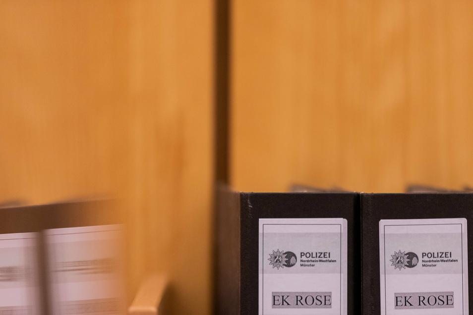 """""""EK Rose"""", der Name der Ermittlungskommission, steht auf Aktenordnern in einem Gerichtssaal: In Münster sind weitere Urteile gesprochen worden."""