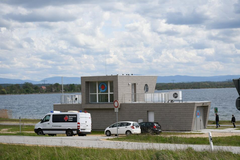 Die neue Rettungsstation des DRK am Nordstrand des Berzdorfer Sees. Die Stadt hat sie bauen lassen, Rettungsschwimmer des DRK betreiben sie.
