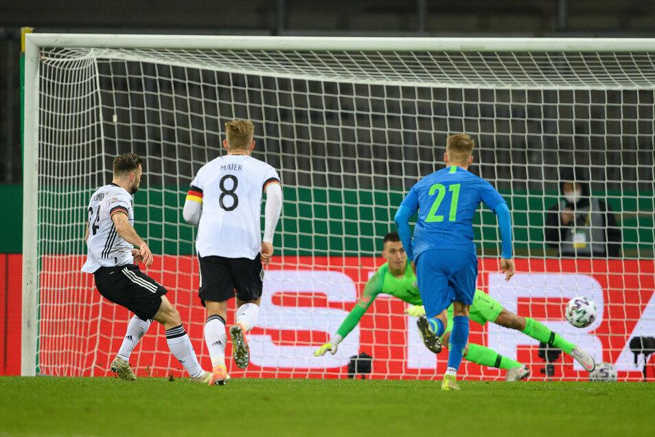 Manuel Wintzheimer (l) schießt sein Tor zum 1:0 per Strafstoß.