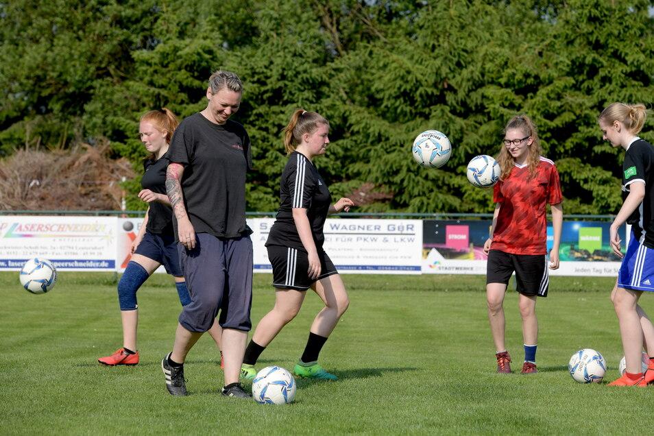 Überall, so wie hier bei den Mädchen vom TSV 1861 Spitzkunnersdorf, wird in den Sportvereinen wieder trainiert. Trainerin Nicole Ehrentraut (vorn links) ist froh, dass es wieder losgeht.