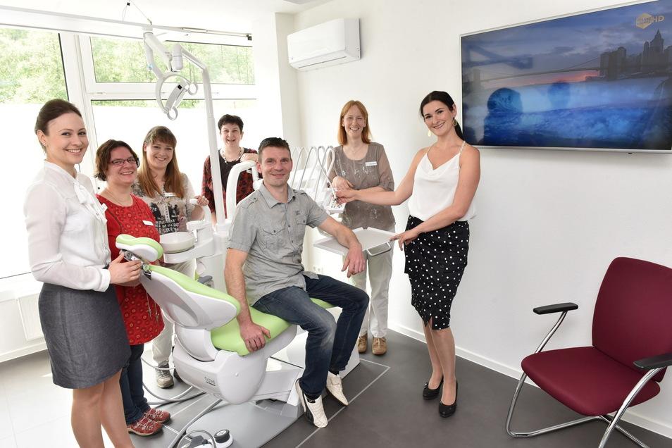 Mithilfe von EU-Geld bauten Mario und Andrea Friedrich (re.) in Schlottwitz einen Landmarkt zu einer Zahnarztpraxis um.
