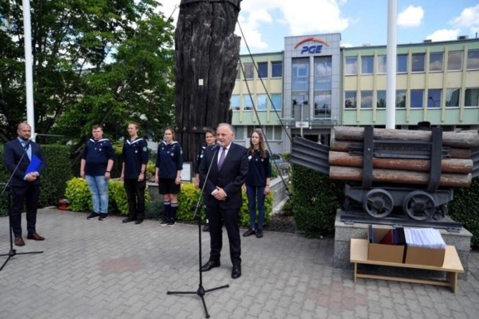 In Bogatynia folgte die Übergabe der Petition. Dabei sprachen der PGE-Vorsitzende Wojciech Dąbrowski und EU-Abgeordnete Anna Zalewska.