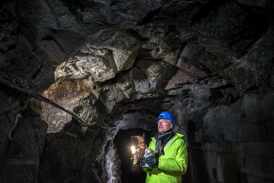 Armin Müller ist der Geschäftsführer der Deutschen Lithium GmbH mit einem Lithiumglimmer-Bohrkern unter Tage in Zinnwald.