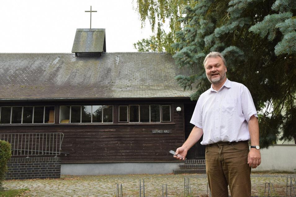 Pfarrer Heinrich Koch lädt nach der Sanierung in das Lutherhaus ein.