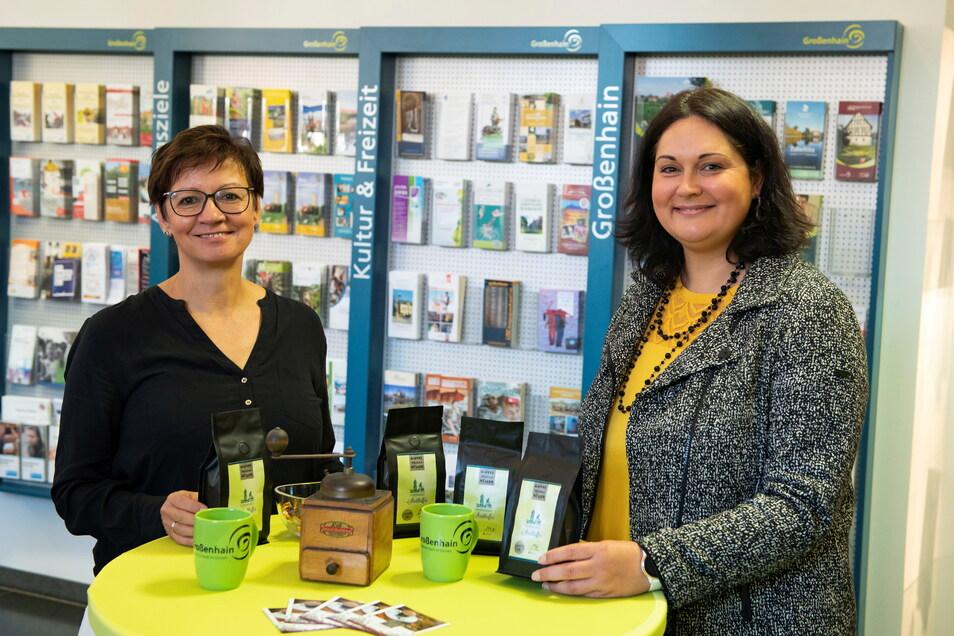 Expertin Constanze Müller (l.) und Kathleen Hilmes von der Großenhain-Info mit der neuen Kaffee-Kreation.