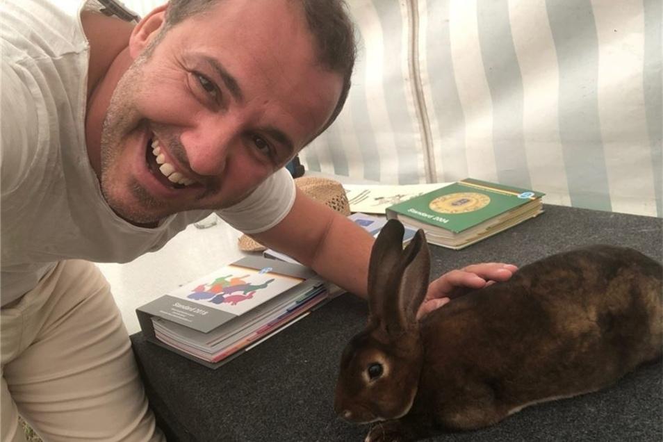 Moderator Sylvio Zschage hatte am Sonntag die Kaninchenzüchter in Beiersdorf besucht.