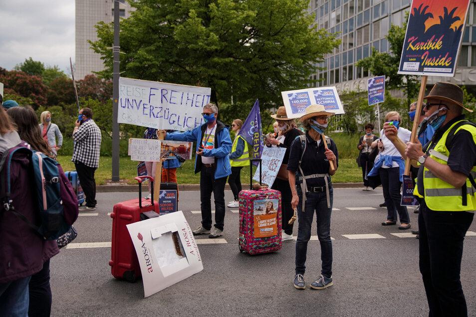 Viele Teilnehmer trugen Schilder, die auf die Wichtigkeit der Tourismusbranche hinwiesen.