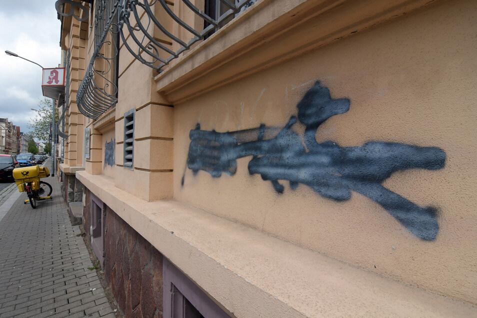Die Schmiereien am Haus der Demokratie sollen mit Kunst überdeckt werden.