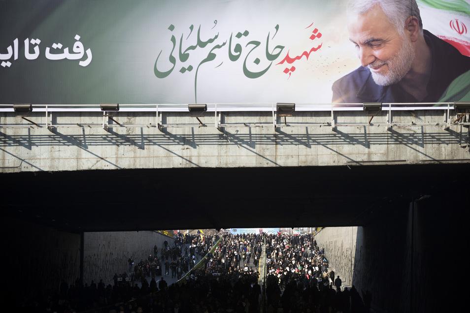 Millionen Iraner haben nach Medienangaben in der Hauptstadt an der Trauerzeremonie für den bei einem US-Raketenangriff in Bagdad getöteten iranischen General teilgenommen.