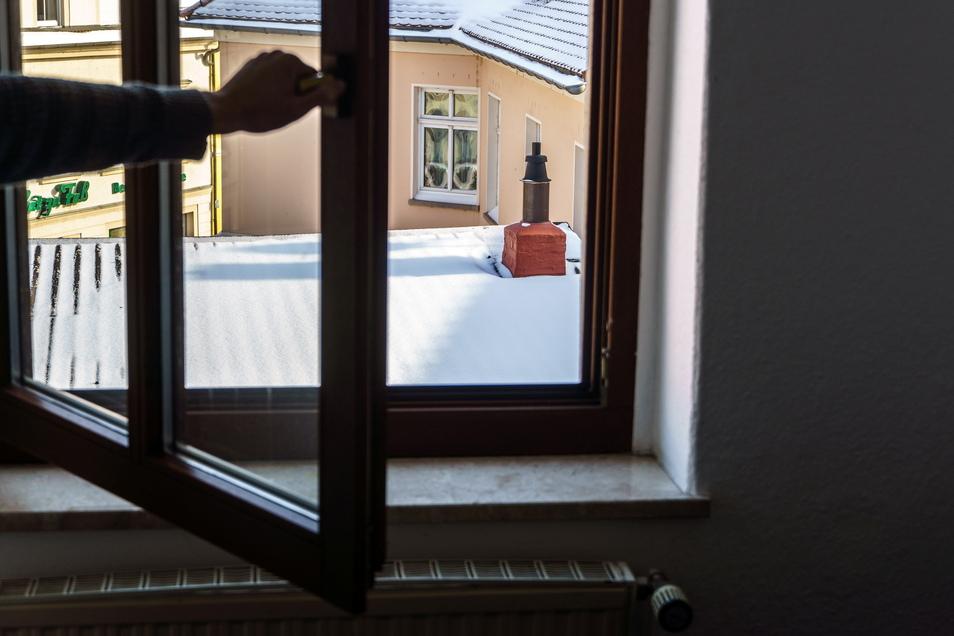 Vielleicht schneit es im Landkreis Meißen am Freitag wieder. Aber egal, ob warm oder kalt: Experten raten in Corona-Zeiten zum Stoßlüften. Also Fenster für 5 bis 10 Minuten weit auf machen. In Büros sollte man sogar jede Stunde einmal lüften.