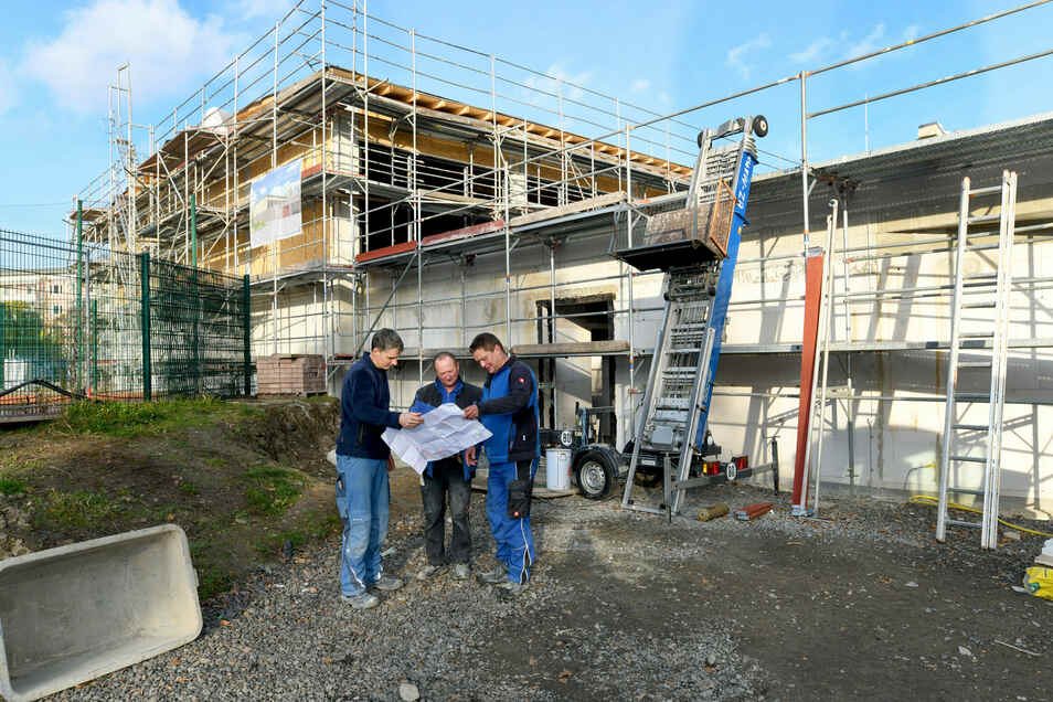 Mathias Lindner, Danilo Bensch und Mario Pischel (von links) waren seit Beginn dabei, beim Bau der neuen Turnhalle an den Weinau-Schule.