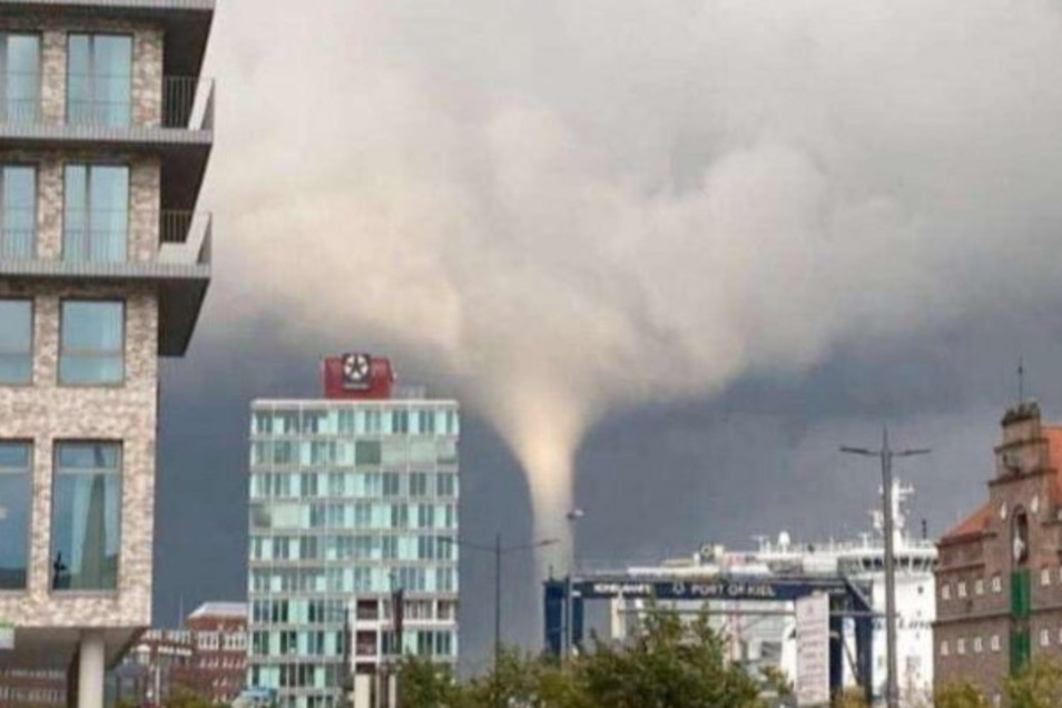 Das Videostandbild zeigt den Tornado über Kiel.