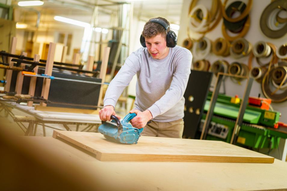 Meister im Tischlerhandwerk verwirklichen sich mit Holz und anderen exklusiven Materialien gleichzeitig als Inneneinrichter, Designer und Künstler. Florian Achtert hat seine Meisterausbildung in njumii – das Bildungszentrum am Standort Pirna absolviert.
