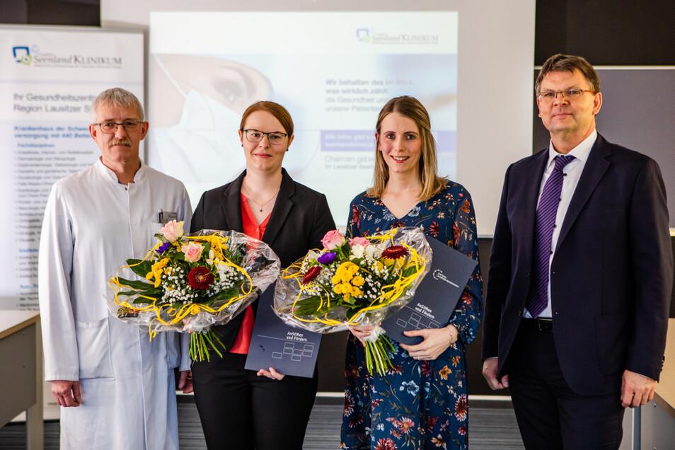 Hier bei der Übergabe der Stipendienurkunden im Seenland-Klinikum Hoyerswerda: Dr. Olaf Altmann, Sandra Zschiedrich, Elisa Fuhrmann und Thomas Penk (v.l.n.r.).