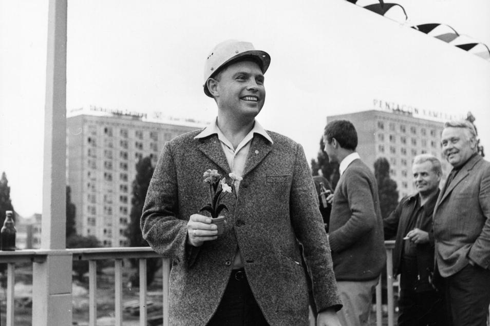 Oberbauleiter Witlof Riedrich hat am 10. Juni 1971 allen Grund zur Freude. Die moderne Carolabrücke kann feierlich übergeben werden.