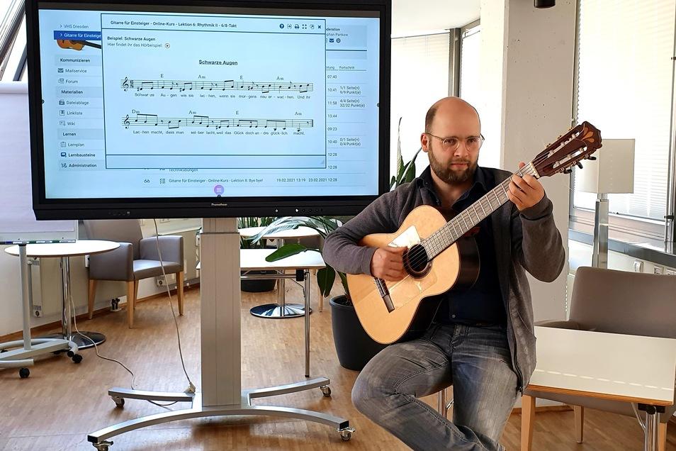 Der Musikpädagoge Stephan Pankow hat in Zusammenarbeit mit der Volkshochschule einen Onlinekurs für Gitarren-Einsteiger entwickelt.
