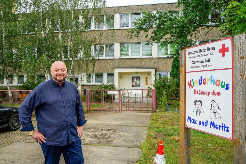 Der Neschwitzer Bürgermeister Gerd Schuster ist zufrieden. Die Sanierungspläne für das Kinderhaus sind vorerst vom Tisch. Der Gemeinderat gab stattdessen grünes Licht für einen Neubau.