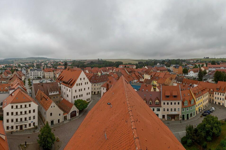 Dies ist ein ungewöhnlicher Blick auf die Dippser Innenstadt vom Kirchturm aus.