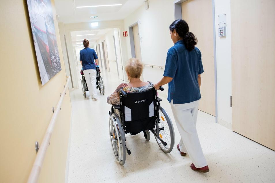In Deutschland gibt es immer weniger Pflegerinnen und Pfleger.