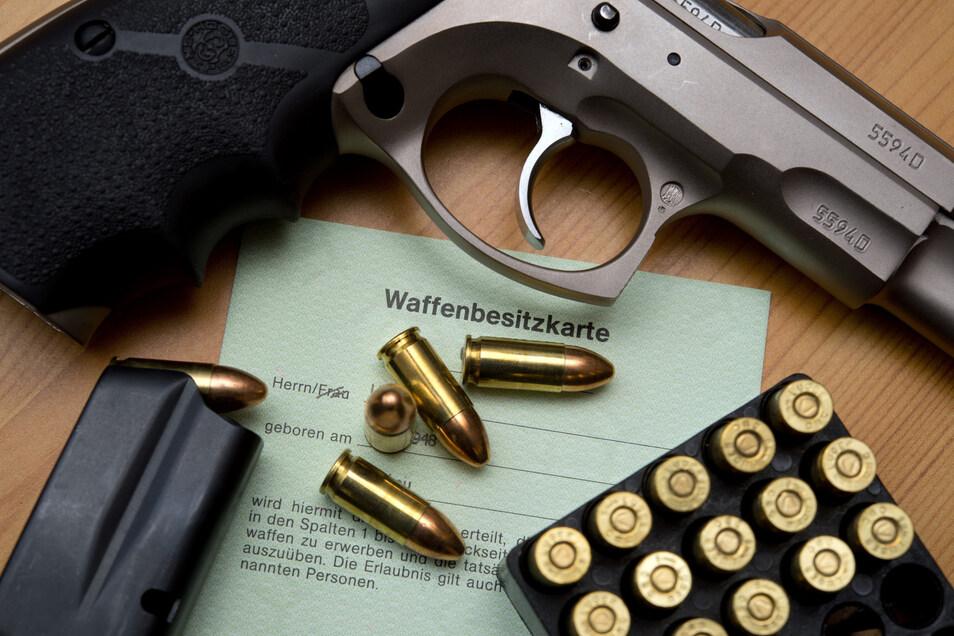 Im Kreis Bautzen mussten fast alle Rechtsextremen Waffenbesitzkarten und Waffenscheine abgeben. Das dortige Ordnungsamt beruft sich auf die Urteilsbegründung im NPD-Verbotsverfahren. Foto: dpa/Patrick Pleul