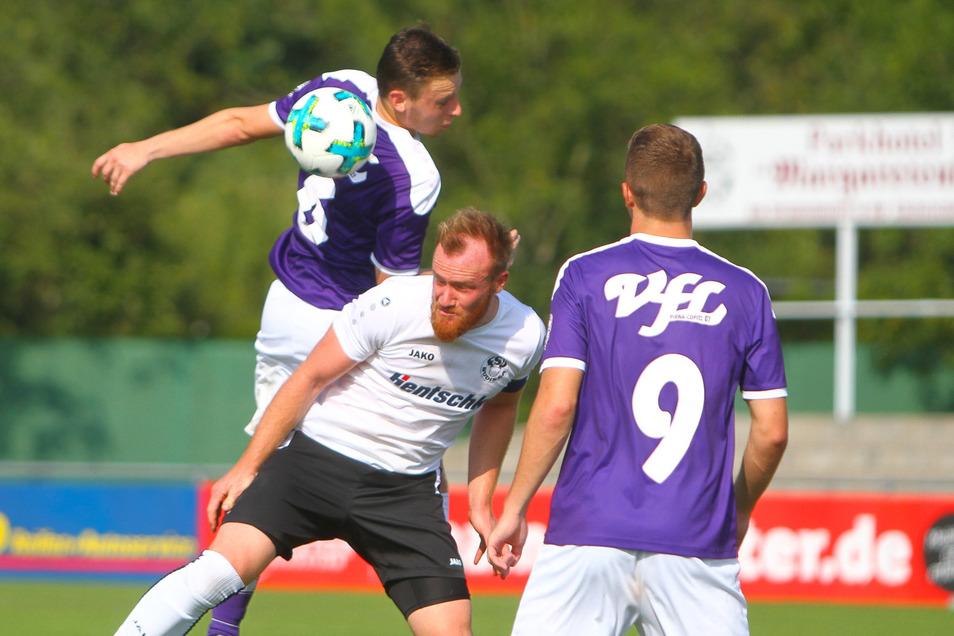 Beim Punktspiel in Pirna musste sich Budissa Bautzen am letzten Wochenende mit 0:1 geschlagen geben. Unser Foto von diesem Spiel zeigt, wie der Pirnaer Torschütze Sebastian Scholz (oben) ein Kopfballduell mit Joseph Gröschke (Bautzen) gewinnt.