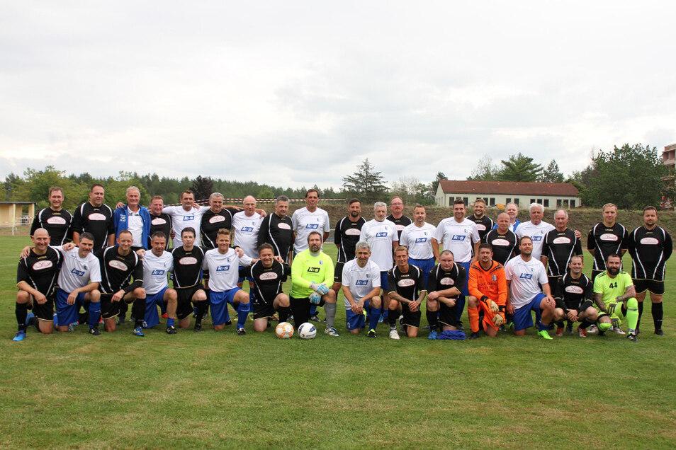 """Am Sonntag war eine Traditionsmannschaft des 1. FC Magdeburg auf dem Lautaer Sportplatz zu Gast, wo sie auf die """"Old Boys"""" (in schwarzer Spielkleidung) des FSV Lauta trafen."""